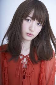 赤い服を着ている声優の小松未可子