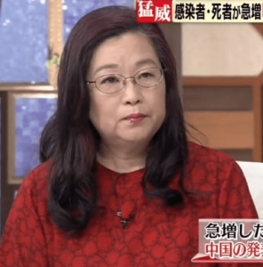 赤い服を着た岡田晴恵