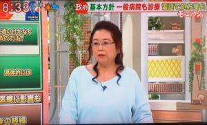 水色の服を着た岡田晴恵