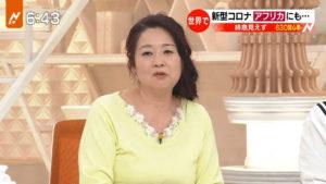 黄色の服を着た岡田晴恵