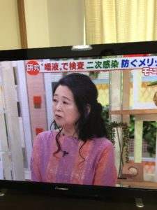 ピンクの服を着た岡田晴恵