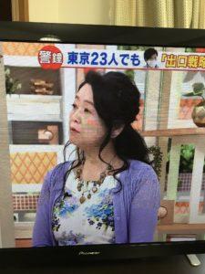 紫のカーディガンを着た岡田晴恵