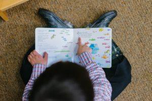 絵本を読む男児