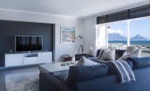 広いリビングにあるソファーとテレビ