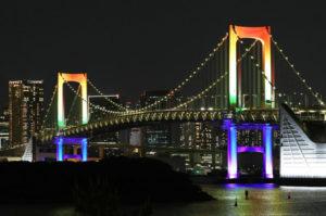 虹色にライトアップされた夜のレインボーブリッジ