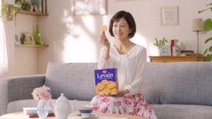 お菓子を手に持つ沢口靖子