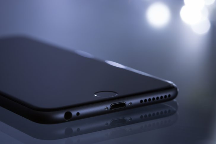 液晶が暗いスマートフォン