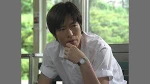 白いシャツを着た豊川悦司