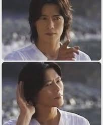 塩衣服を着て手話の演技をする豊川悦司