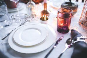 ディナーの為に用意されたお皿とナイフとフォーク