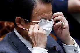 目にマスクをかける麻生太郎