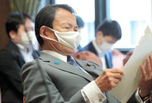 クシャクシャのマスクをつけた麻生太郎