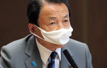 クシャクシャのマスクをつけて話す麻生太郎