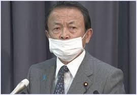 鼻を出してマスクをつける麻生太郎