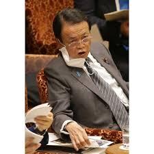 眼鏡をかけマスクを片耳にかける麻生太郎