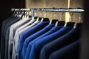 色別に並べられた沢山のスーツ