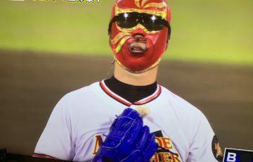 マスクを被ってテレビにっ出演する井川慶