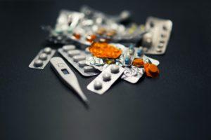 たくさんの種類の薬と体温計