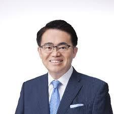スーツ姿で微笑む愛知県の大村知事