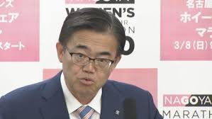 会見中の愛知県の大村知事