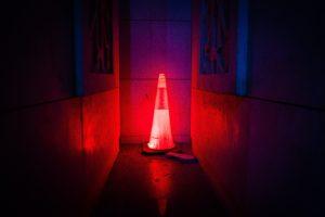 赤色に光る三角ポール