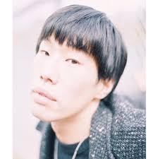 黒い服を着た坂口涼太郎