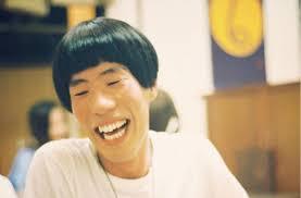 白い服を着て口を開けて笑う坂口涼太郎