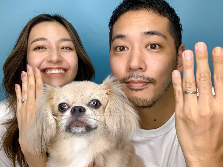 婚約指輪を見せるsonodulyと佐藤祐基