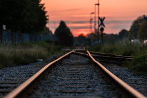夕方の電車の線路