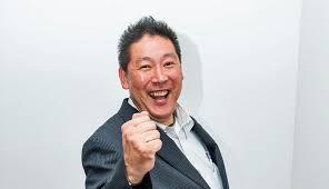 カメラ目線で笑顔でガッツポーズをする立花孝志