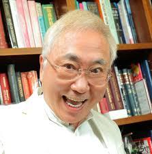 白衣姿で大きな口を開けている高須克弥院長
