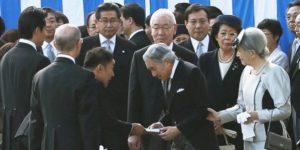 天皇陛下に直接手紙を渡す山本太郎