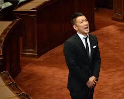 国会議事堂で天を仰ぐ山本太郎