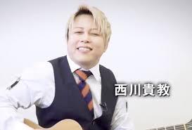ギターを弾きながら歌を歌う西川貴教