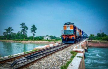 青空の下の電車と線路