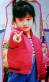赤い服を着てピースサインをする幼少期の上戸彩
