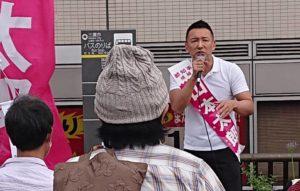 三鷹駅で演説をする山本太郎