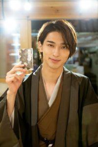 カードを手に持つ和服姿の横浜流星