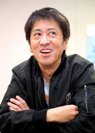 腕を組むブラマヨ吉田