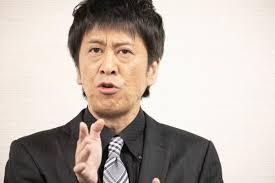 ジェスチャーをしながら話すブラマヨ吉田