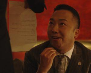 お菓子を食べる伊佐山部長