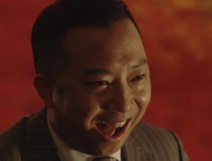 不敵な笑みを浮かべる伊佐山部長