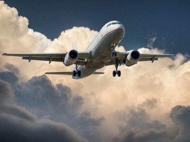 空に向かって飛び立つ旅客機