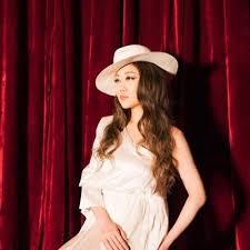 白い衣装を着て白いハットをかぶったJUJU