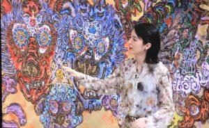 自身の絵を紹介する小松美羽