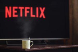 ネットフィリックスのテレビ画面とコーヒーカップ