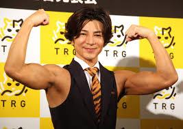 両腕を上げ筋肉を披露する武田真治