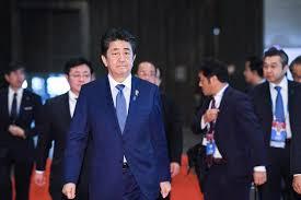 硬い表情で歩く安倍首相