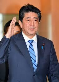 右手を上げて挨拶をする安倍首相