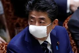 マスクをつけている安倍首相